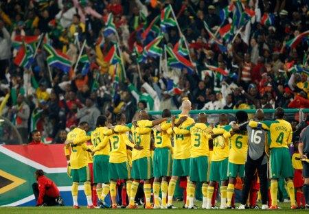 Jogadores africanos comemoram com a torcida a classificação, após o término dramático do jogo entre Iraque e Nova Zelândia. FONTE: GloboEsporte.com