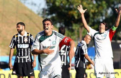 Maurício comemorando importante gol ante o Corinthians Paulista-SP, para desalento do capitão Willian ao fundo. FONTE: Estadao.com